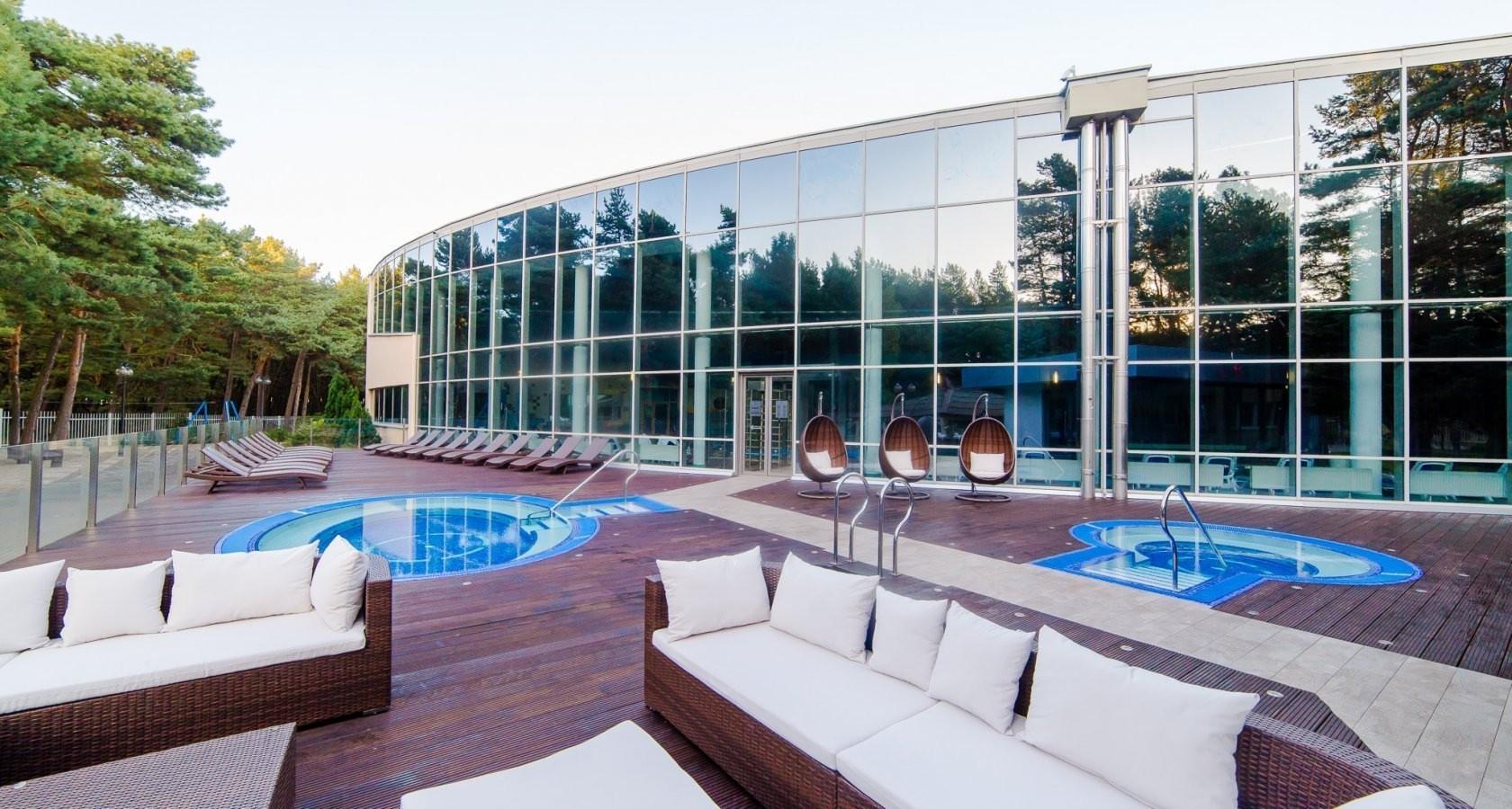 taras z jacuzzi przy basenie